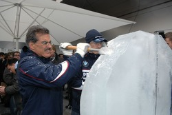 Ice carving: Dr. Mario Theissen