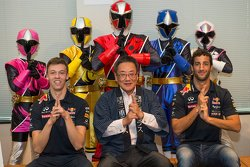 Daniel Ricciardo, Red Bull Racing y Daniil Kvyat, Red Bull Racing con Eiichi Ishigaki, Vice-Gobernador de la Prefectura de Mie y el Shuriken Sentai Ninninjyaa