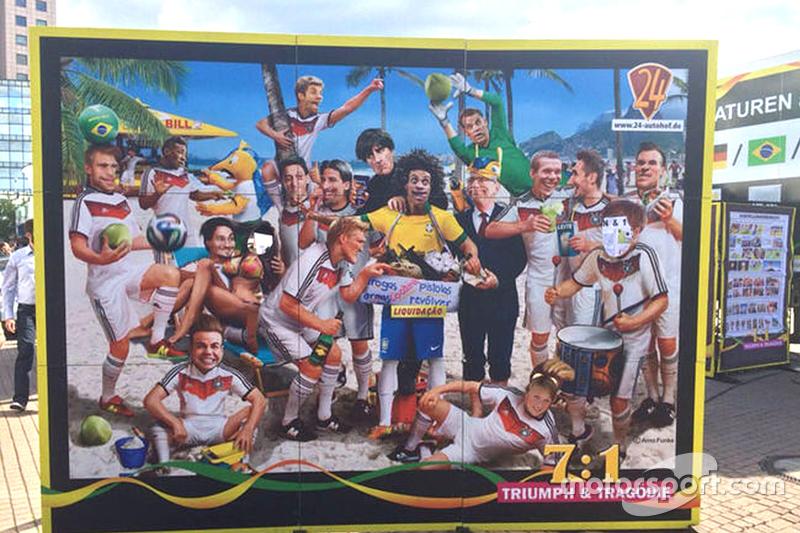 Charge sobre derrota brasileira para Alemanha na Copa do Mundo é exibida no Salão do Automóvel de Frankfurt