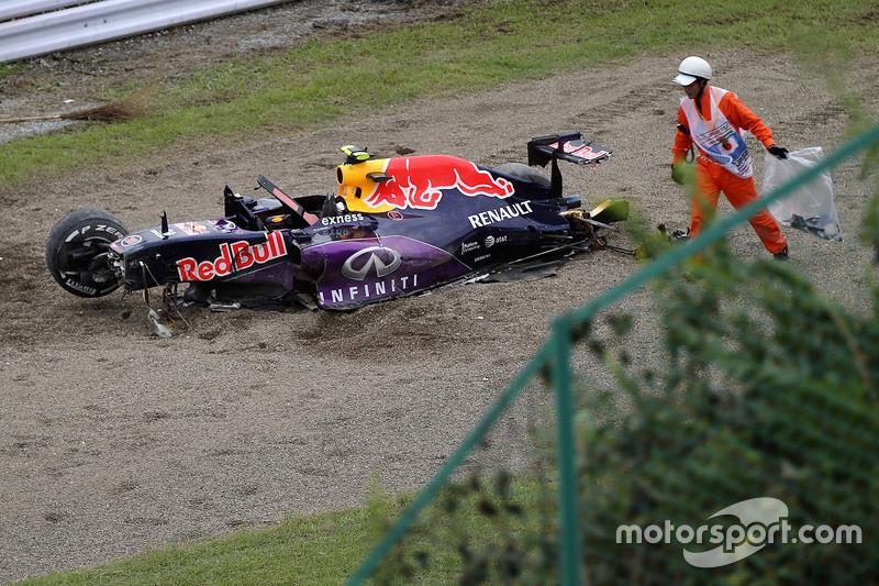 Der Red Bull Racing RB11 von Daniil Kvyat wird nach einem Unfall im Qualifying abtransportiert