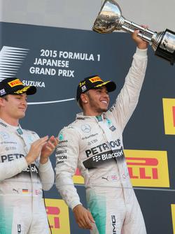 Il vincitore della gara Lewis Hamilton, Mercedes AMG F1 Team, il secondo classificato Nico Rosberg, Mercedes AMG F1 Team