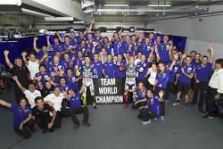 Le vainqueur Jorge Lorenzo et le troisième, Valentino Rossi, Yamaha Factory Racing fêtent le titre par équipes