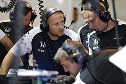 McLaren team aan het werk in de garage