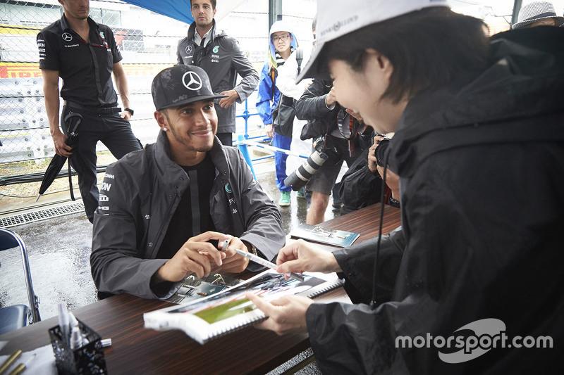 Lewis Hamilton, Mercedes AMG F1 Team signs autograph for the fans