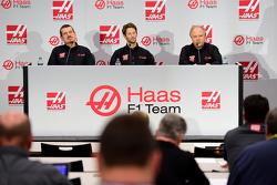 Haas F1 Team's Gunther Steiner, Romain Grosjean y Gene Haas