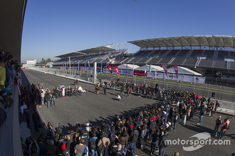 Vista geral da inauguração do Autódromo Hermanos Rodriguez