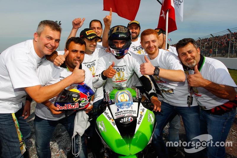 Kenan Sofuoglu, Puccetti Racing Kawasaki, feiert den Titelgewinn in der Supersport-Klasse