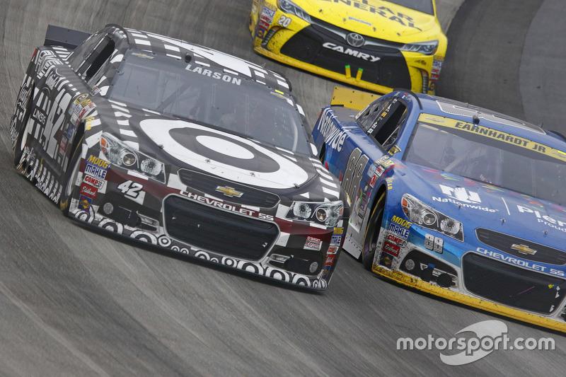 Kyle Larson, Chip Ganassi Racing Chevrolet and Dale Earnhardt Jr., Hendrick Motorsports Chevrolet