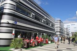 Suite de Ferrari en el  paddock