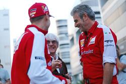 Sebastian Vettel, Ferrari con Bernie Ecclestone y Maurizio Arrivabene, Ferrari Director del Equipo