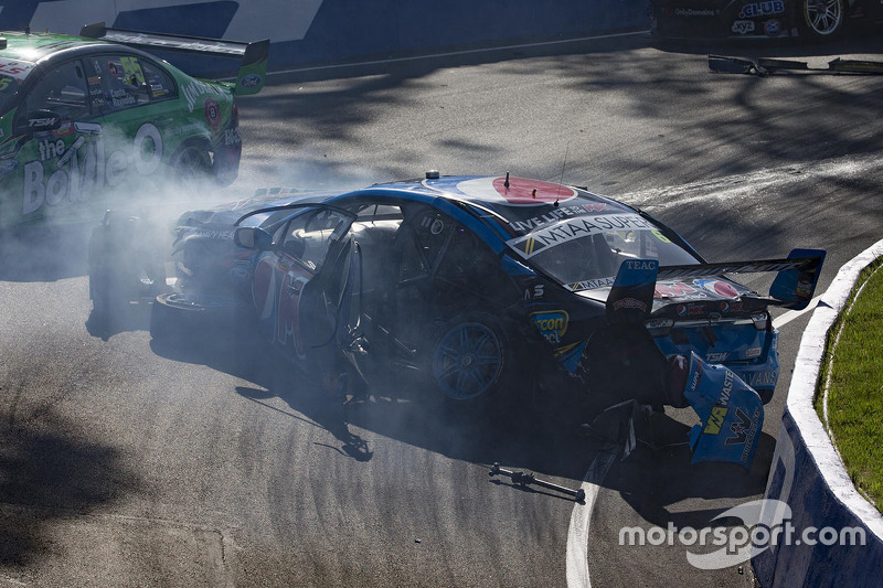 Unfall von Chaz Mostert, Prodrive Racing Australia, Ford