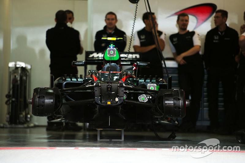 Jenson Button'ın McLaren MP4-30'u pitte