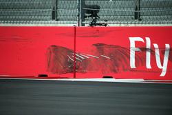 Следы от шины машины Карлоса Сайнса мл., Scuderia Toro Rosso вылетевшего с трассы во время субботней