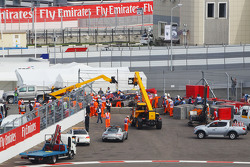 Carlos Sainz Jr., Scuderia Toro Rosso STR10 se extrae de las barreras después de que se estrelló en