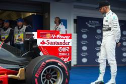 Lewis Hamilton, de Mercedes AMG F1 W06 ve el Ferrari SF15-T de Sebastian Vettel, Ferrari en parc fer