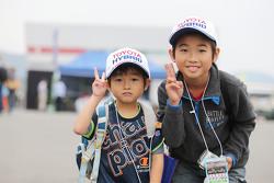 Fanáticos jóvenes de Toyota