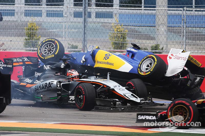 Nico Hulkenberg, Sahara Force India F1 VJM08 y Marcus Ericsson, Sauber F1 Team chocan en el inicio