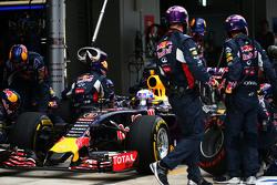 Daniel Ricciardo, Red Bull Racing RB11 hace una parada en pits