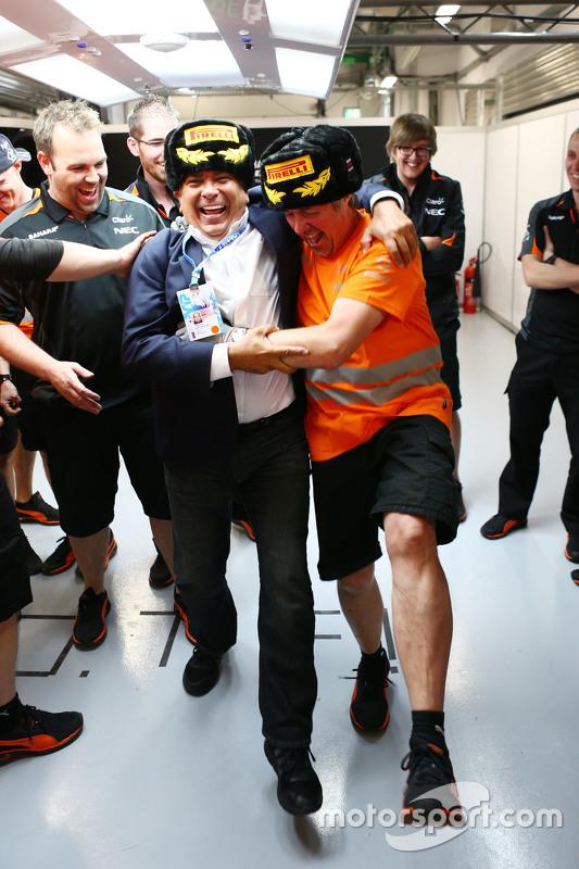 Antonio Perez, comemora com seu filho Sergio Perez, Sahara Force India F1 com Neil Dickie, Sahara Fo
