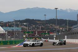 Lewis Hamilton, Mercedes AMG F1 W06 mène derrière la voiture de sécurité