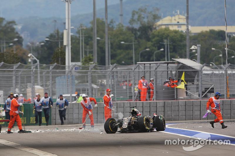 На 12 круге Ромен Грожан не удержал Lotus в левом третьем повороте. Машина на высокой скорости врезалась в барьер безопасности, после чего потребовался второй выезд машины безопасности. Грожан не получил травм и самостоятельно покинул кокпит