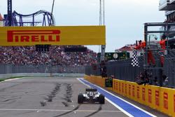 Ganador de la carrera Lewis Hamilton, Mercedes AMG F1 W06 toma la bandera a cuadros al final de la c