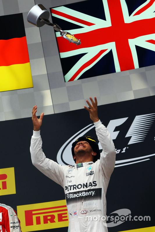 الفائز بالسباق لويس هاميلتون، مرسيدس يحتفل على منصة التتويج