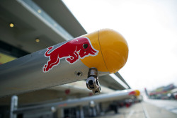 Логотип Red Bull Racing на оборудовании в гараже