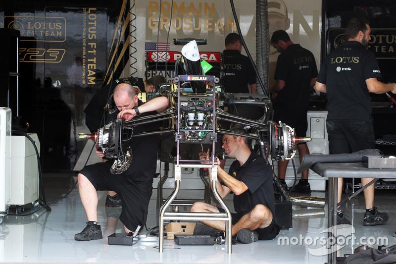 Lotus F1 Team механіки збирають Lotus F1 E23 на піт-лейні