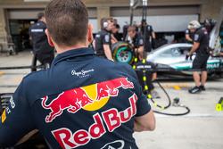 Un mécanicien de Red Bull observe l'entraînement aux arrêts aux stands de Mercedes AMG F1