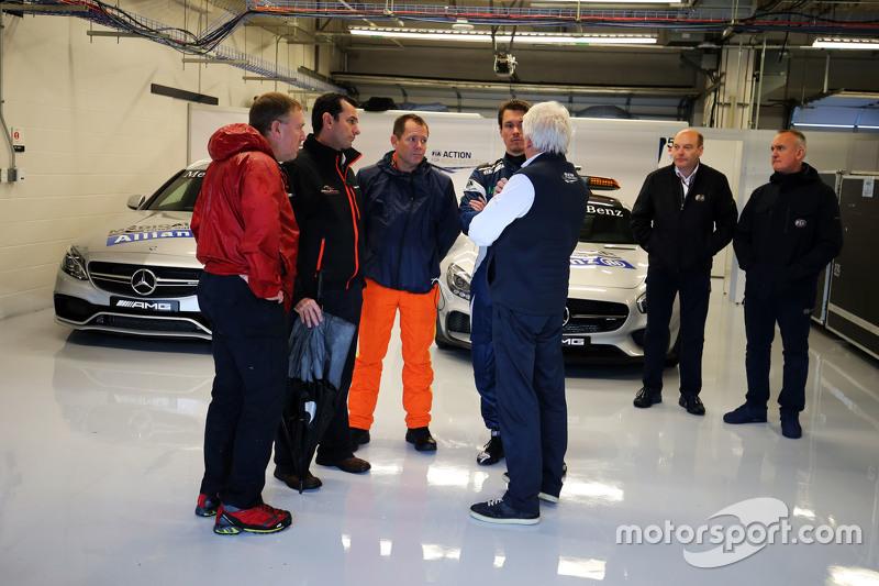 Charlie Whiting, FIA Delegate та Alan Van Der Merwe, FIA Медична машина Driver з circuit Офіційні ос