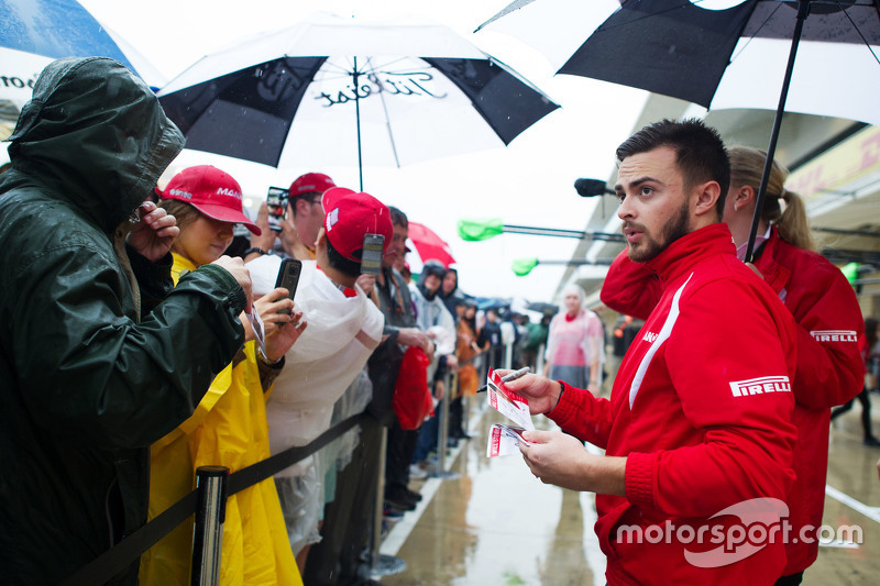 Will Stevens, Manor Marussia F1 Team signs autographs for the fans