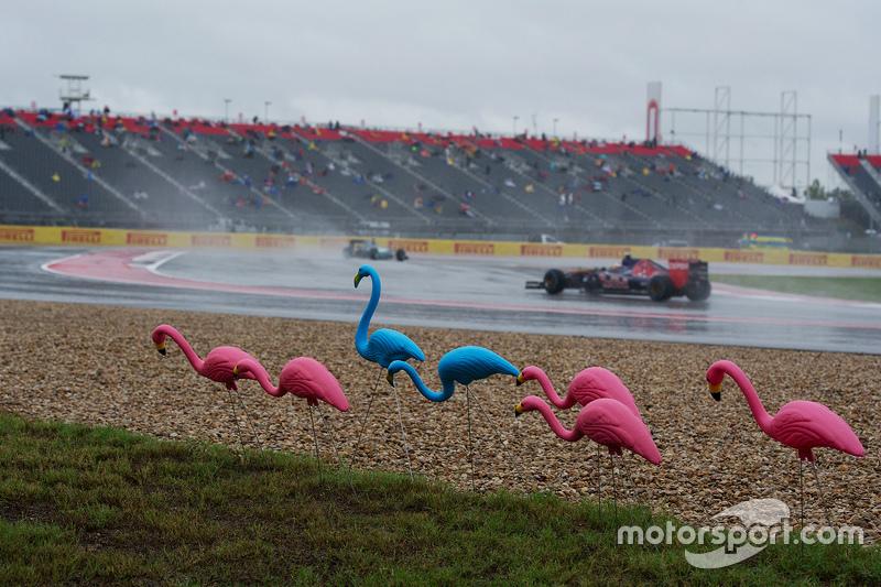 Карлос Сайнс мол., Scuderia Toro Rosso STR10 проїжджає пластикових фламінго
