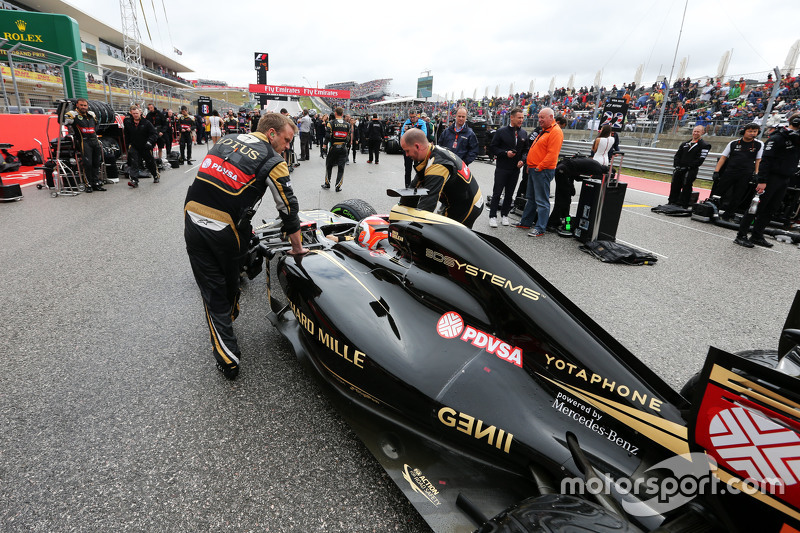 Romain Grosjean, Lotus F1 E23 on the grid