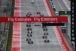 Нико Росберг Mercedes AMG F1 W06 едет впереди Льюиса Хэмилтона, Mercedes AMG F1 W06 на старте гонки