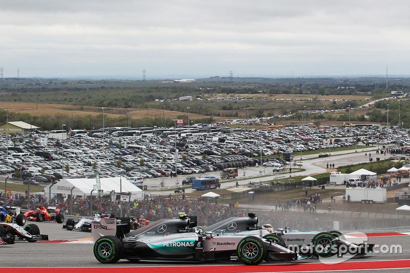 Нико Росберг, Mercedes AMG F1 W06 и Льюис Хэмилтон, Mercedes AMG F1 W06 борьба за позицию на старте гонки