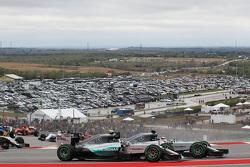 (L to R): Ніко Росберг, Mercedes AMG F1 W06 та товариш по команді Льюїс Хемілтон, Mercedes AMG F1 W06 - боротьба за позиції на початку гонки
