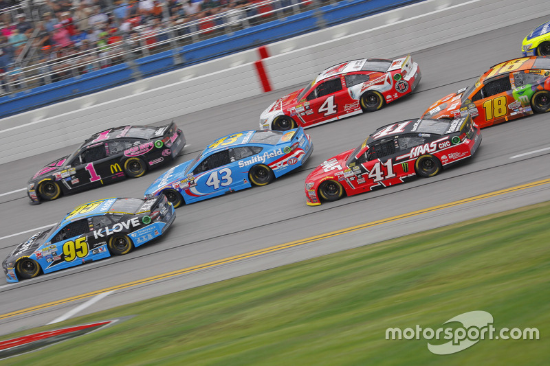 Майкл МакДауелл, Leavine Family Racing Ford та Джеймі МакМюррей, Chip Ganassi Racing Chevrolet та Ар