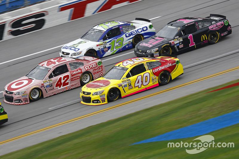 Landon Cassill, Hillman Circle Sport LLC Chevrolet and Kyle Larson, Chip Ganassi Racing Chevrolet an