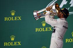 Podium : le vainqueur et Champion du Monde Lewis Hamilton, Mercedes AMG F1