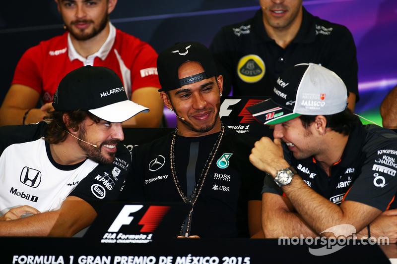 Fernando Alonso, McLaren conLewis Hamilton, Mercedes AMG F1 y Sergio Pérez, Sahara Force India F1 en la conferencia de prensa de la FIA