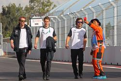 Fernando Alonso, McLaren en Stoffel Vandoorne, McLaren test- en reserverijder wandelen op het circui