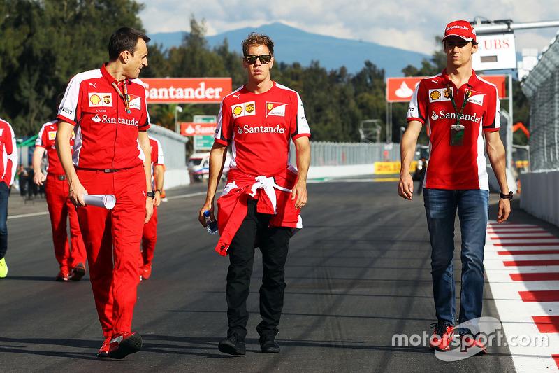 سيباستيان فيتيل، فيراري وإستيبان غوتيريز، سائق اختبارات فيراري يمشيان على المسار