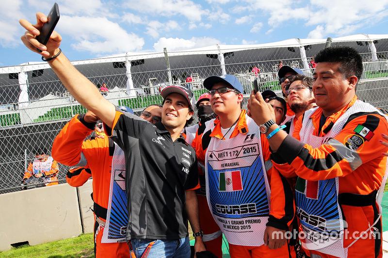 Sergio Pérez, Sahara Force India F1 se toma una selfie con los marshals