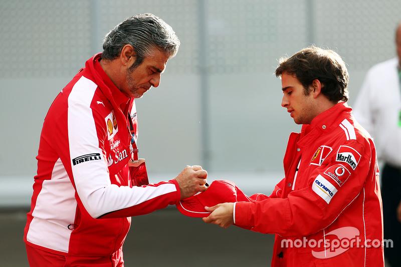 Maurizio Arrivabene, Ferrari Takım Patronu hayranları için imza dağıtıyor