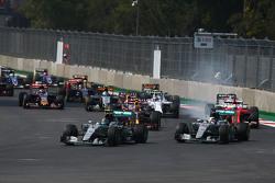Nico Rosberg, Mercedes AMG F1 W06 lidera a Lewis Hamilton, Mercedes AMG F1 W06 al inicio de la carre