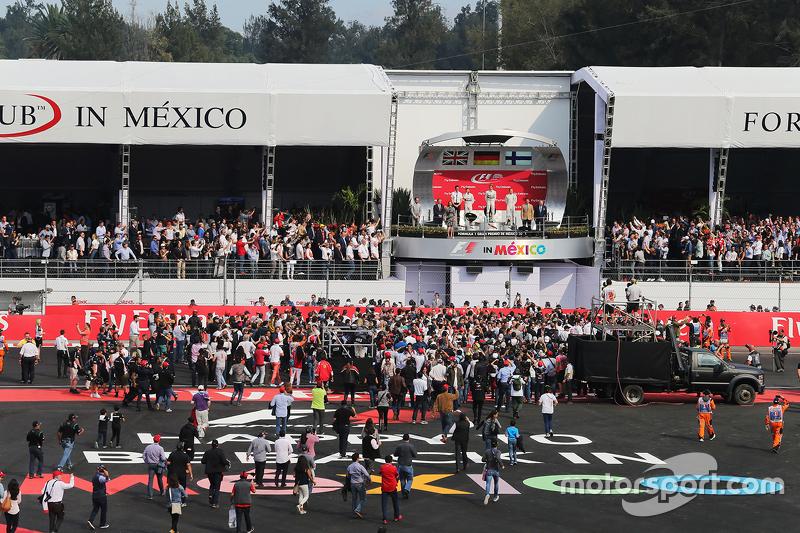 Podio: Sgundo lugar Lewis Hamilton, Mercedes AMG F1, ganador de la carrera Nico Rosberg, Mercedes AMG F1 y el tercer lugar Valtteri Bottas, Williams