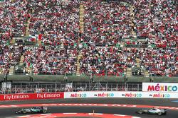 Nico Rosberg, Mercedes AMG F1 W06 lidera a su compañero de equipo Lewis Hamilton, Mercedes AMG F1 W06