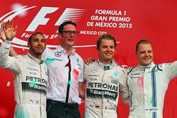 Подиум: второе место - Льюис Хэмилтон Mercedes AMG F1, Эндрю Шовлин, инженер Mercedes AMG F1, победи