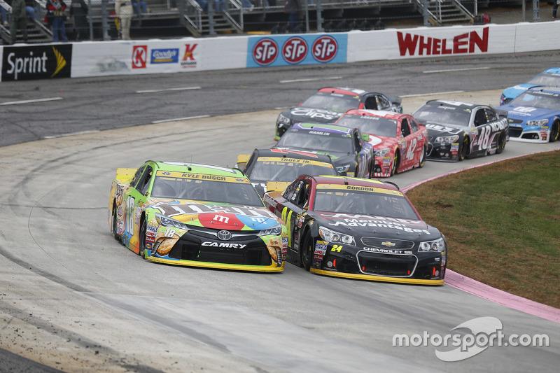 Kyle Busch, Joe Gibbs Racing Toyota and Jeff Gordon, Hendrick Motorsports Chevrolet